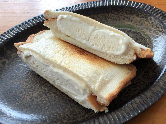 雪見だいふくホットサンド アツアツカリカリのパンに冷たいバニラアイス、おもちの食感も加わってなかなか絶妙 これ試してほしいw