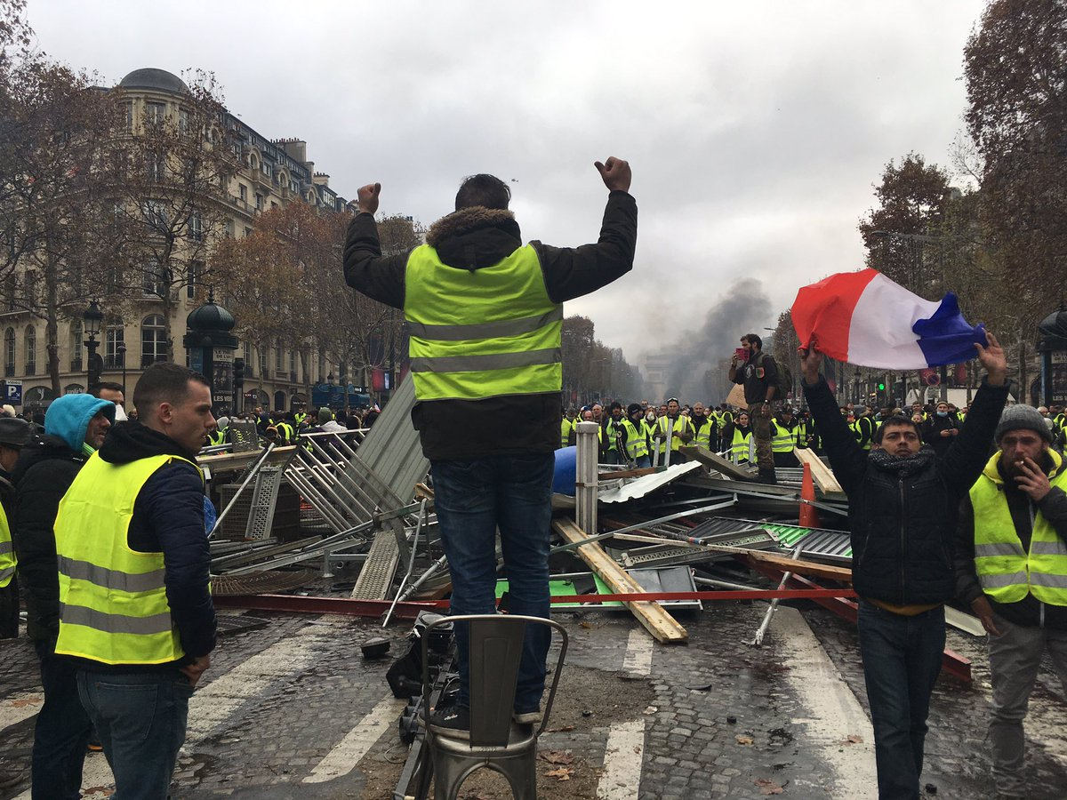 Protests in France - barricades rised in Paris DsxSbtaWoAYajsC