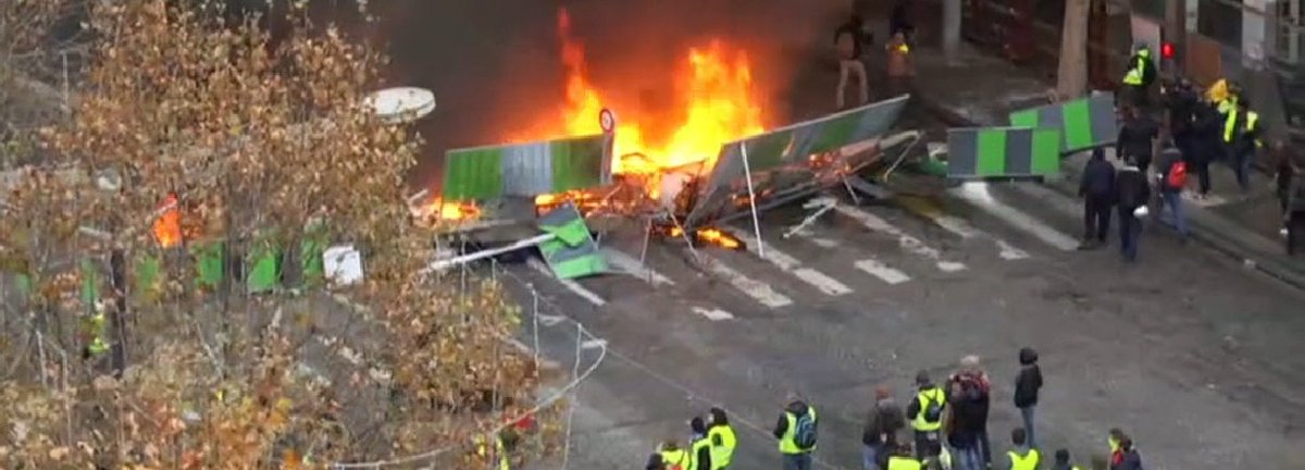 Protests in France - barricades rised in Paris DsxWSmwXcAA_m-e