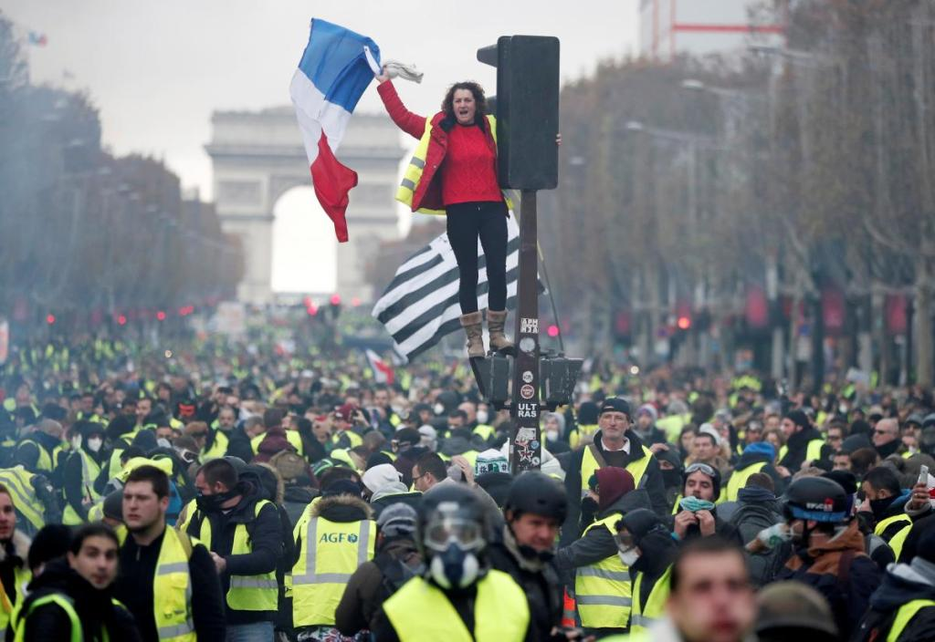 Protests in France - barricades rised in Paris DsxXQMwU8AAvP1S