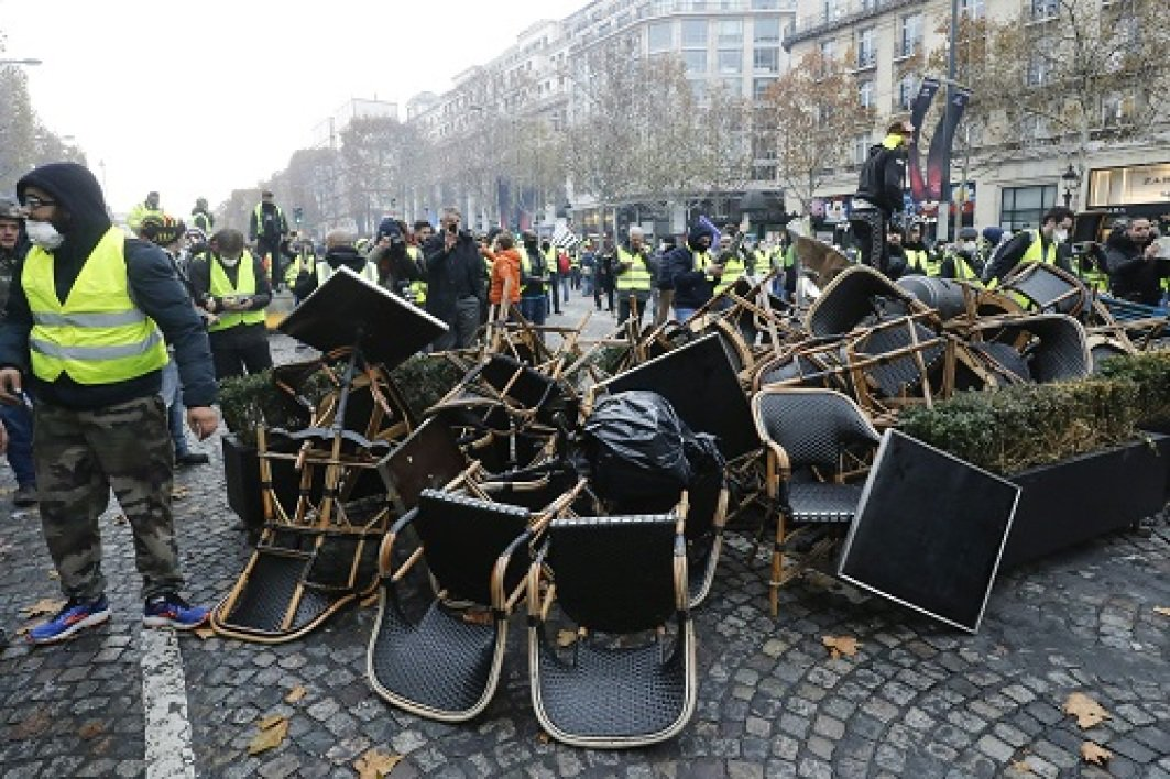 Protests in France - barricades rised in Paris DsxZDepWwAA8iB_