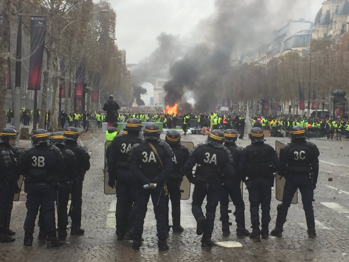Protests in France - barricades rised in Paris DsxfbU7XcAE1IHX