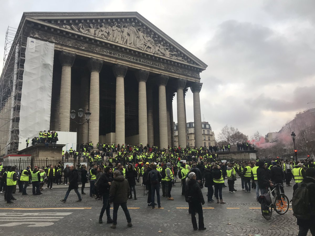 Protests in France - barricades rised in Paris Dsxkh_JXgAAh6i_
