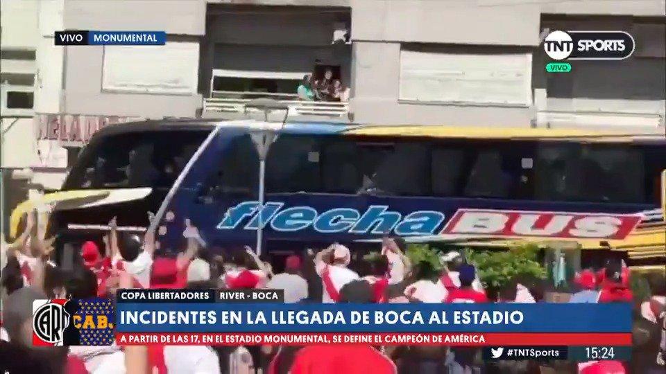 #TNTSports | Así agredieron al micro de #Boca al llegar al Monumental