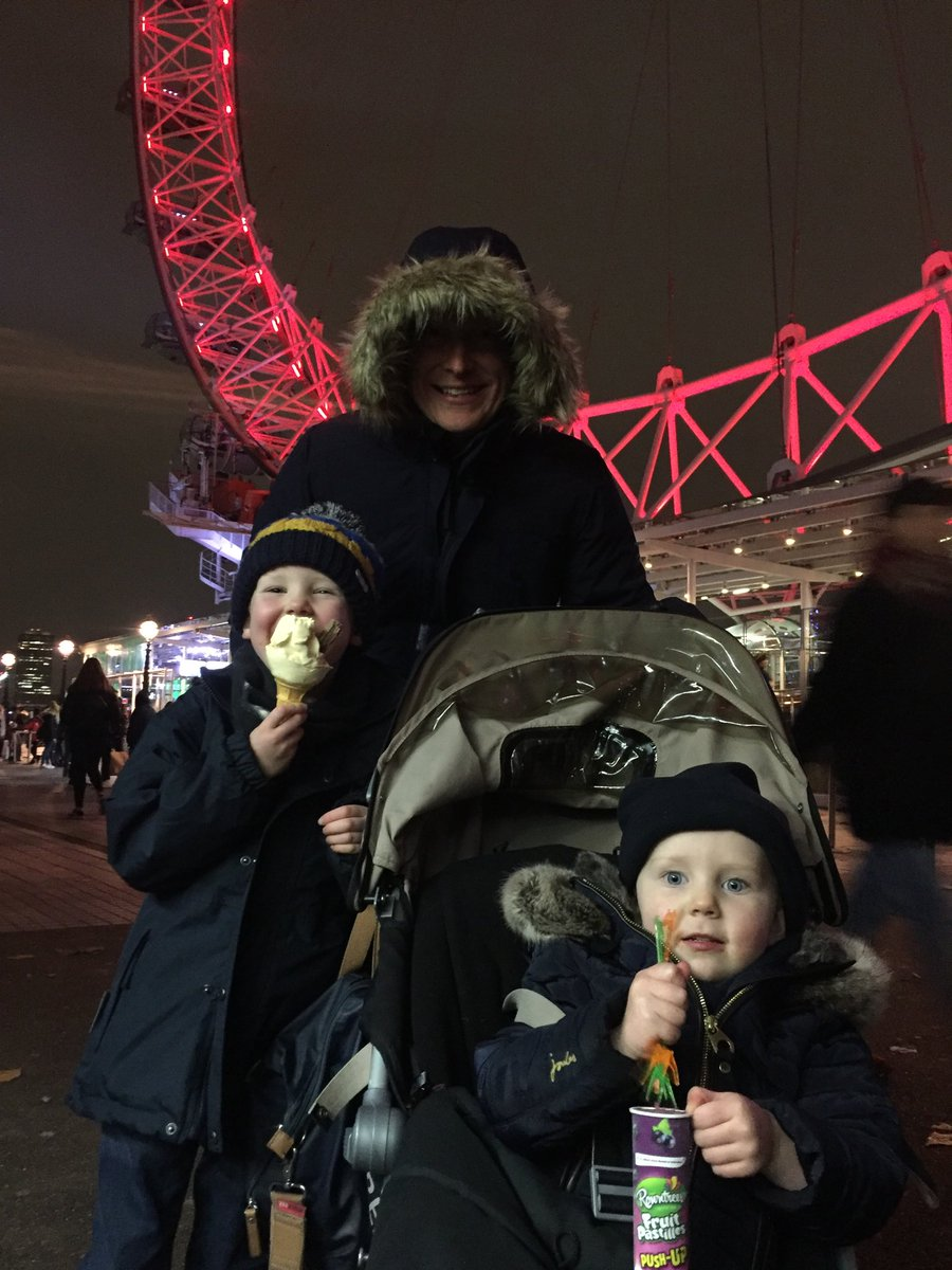 How is it that kids don't feel the cold? #londonforfun #icecream #endofnovember https://t.co/TatwDlhrtM