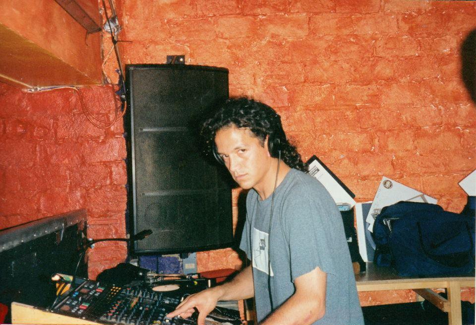 Sunday Soundscapes w/ @djmarkfarina Some Movement 2 #mixtape circa December 1996 #House  https://www. mixcloud.com/oilcan/mark-fa rina-some-movement-2-aka-mixing-questions-4-mixtape-1996/ &nbsp; … <br>http://pic.twitter.com/TVgOequZIJ