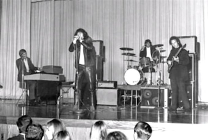 1967, The Doors appeared at the New Haven Arena, New Haven, Connecticut. Before the show a policeman found singer Jim Morrison making out with an 18 year-old girl in a backstage shower and after an argument the policeman sprays mace in Morrison's face. Once on stage Foto