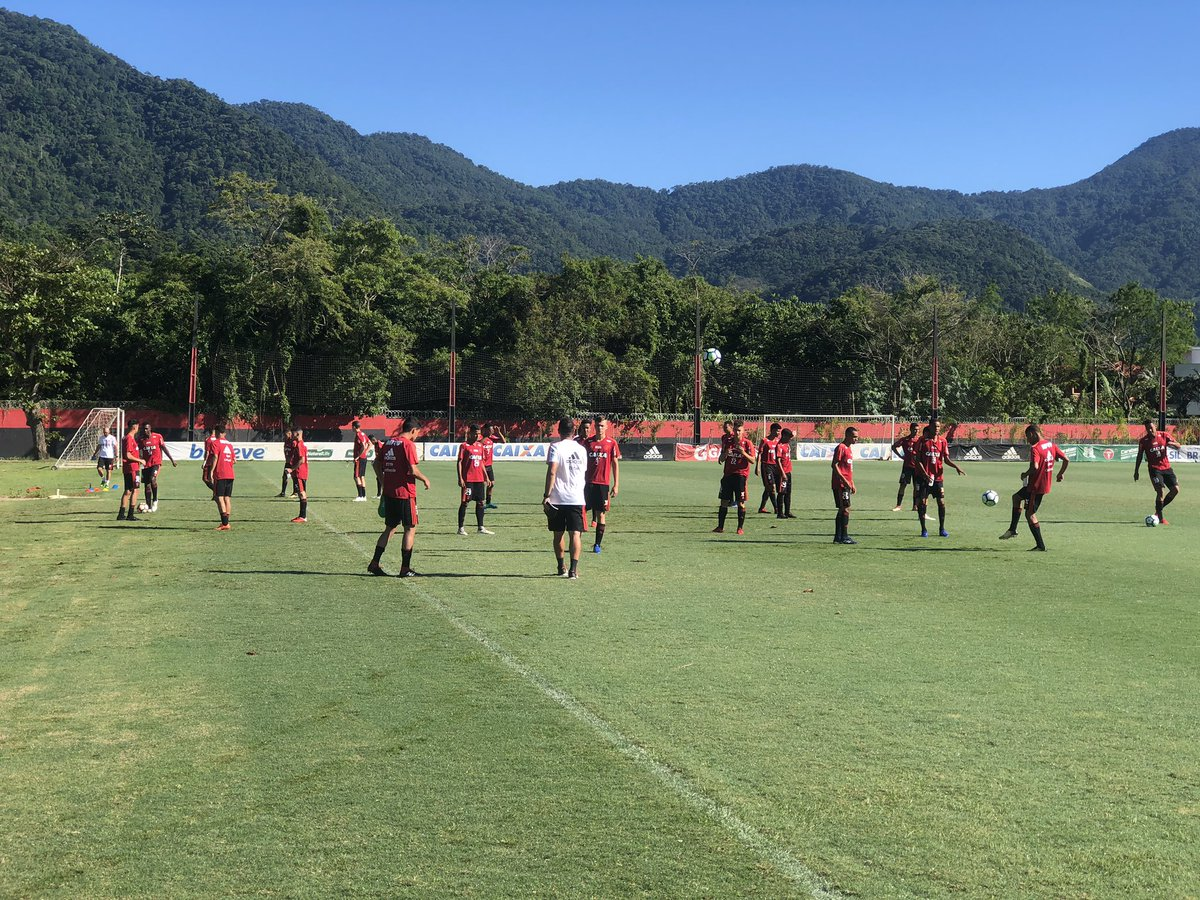 Bom dia, Nação! Os #GarotosDoNinho da equipe sub-17 treinam neste momento no CT. O elenco se prepara para o segundo jogo da final da Copa do Brasil.