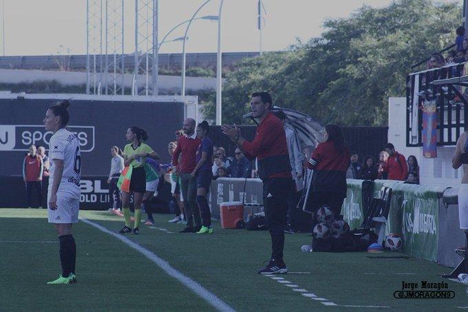 ÓSCAR SUÁREZ se ha enfrentado en cuatro ocasiones al @LUDfemenino. GANA uno de cada dos partidos contra las granotas. 2⃣ Victorias 2⃣ Derrotas 5⃣ Goles a favor 5⃣ Goles en contra Foto