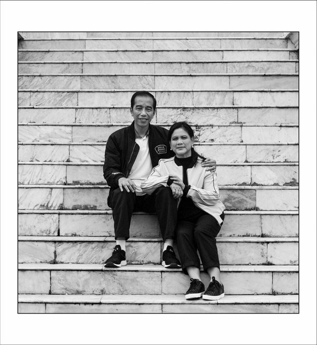 Mes, kita blom pernah lho fotoan di tangga kaya gini. @dr_tompi ...fotonya keren! @memes605 #jokowikeluargaharmonis Photo