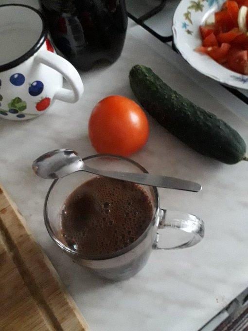 Czas na kawę.☕Dzisiaj kawę dopiero o tej porze piję.🌻Kawa z mlekiem, posłodzona łyżeczką cukru, ciepła jest pyszna.🏵Na taborecie, zrobionym przez mojego męża śp., który przypomina mi o moim mężu majsterkowiczu.🌺 Obiad u nas dzisiaj później będzie. Czy zrobić dzisiaj ciasto? Foto