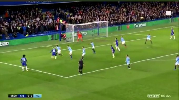 3 Manchester City players between Hazard and where the eventual pass gets played. Incredible. Foto