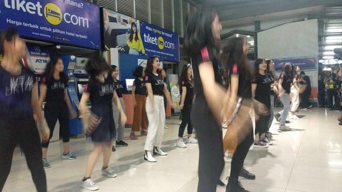 Flash performance di Stasiun Pasar Turi Surabaya. Ayo mana chantnya! ヽ(' ∇' )ノ #JKT48OnTrain #JKT48SurabayaHS Photo