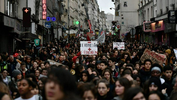 se incrementan las protestas en #Paris, este viernes cierra al turismo la torre #Eiffel Fotoğraf