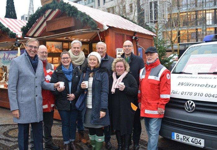 Erfolgreiche Spendenaktion für unseren #Wärmebus. Geld- und Sachspenden in Höhe von 10200€ wurden übergeben! Wir danken @KGruenebaum @Vattenfall_De @BerlinerSpk @morgenpost und transact Elektronische Zahlungssysteme GmbH #drk #kältehilfe #wärmebus #berlin #helfen #danke