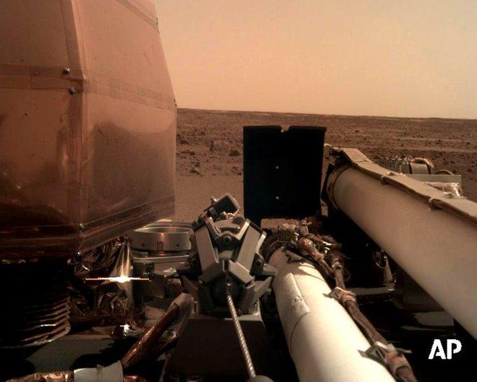 Станция Mars InSight впервые смогла записать и отправить на Землю шум ветра на Марсе: Фото
