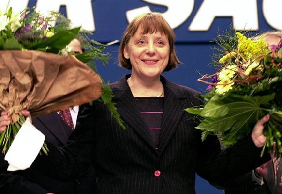 Merkel in 2000, after being elected as CDU leader. Merkel in 2018, after her last speech as party leader. The end of an era. Foto
