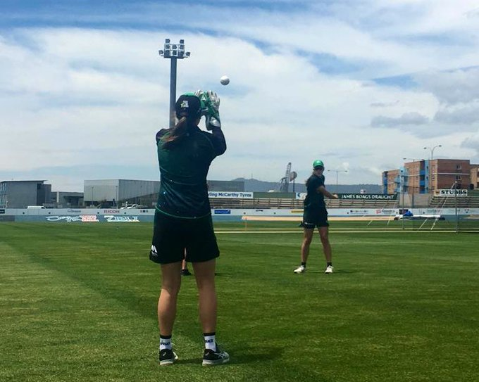 Warming up in Burnie! Match starts at 2pm, toss to happen shortly! #TeamGreen Photo