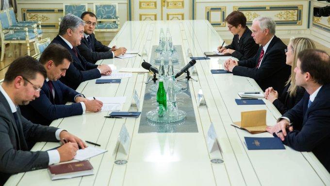Порошенко зустрівся з сенатором США: сторони обговорили агресію Кремля Фото