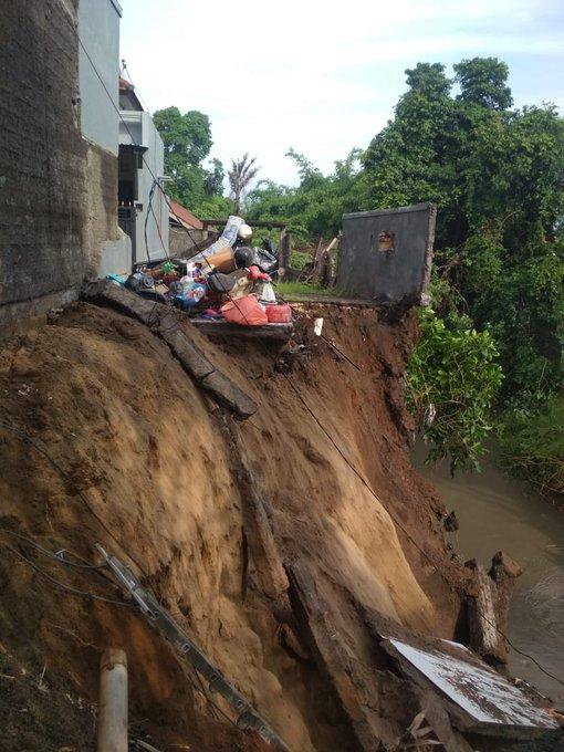 Tim SAR Gabungan melakukan pencarian korban tertimbun longsor yang merupakan satu keluarga di Banjar Sasih, Desa Batu Bulan, Kecamatan Sukawati, Gianyar, Bali. 📸 BPBD Gianyar Bali #ElshintaWeekend #ViGenK Photo