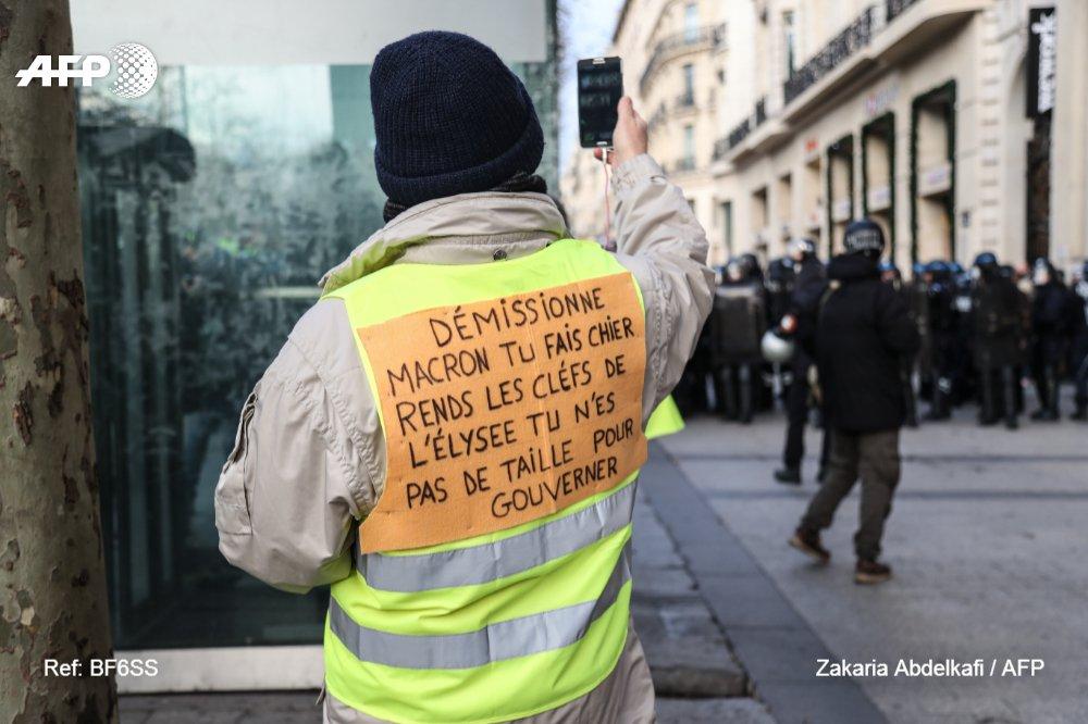 'Direct' depuis les Champs pour un #GiletJaune #AFP