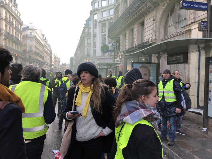 Situation qui se tend à saint lazare, les forces de l'ordre refuse de laisser passer les @ericcoquerel @alexiscorbiere Photo
