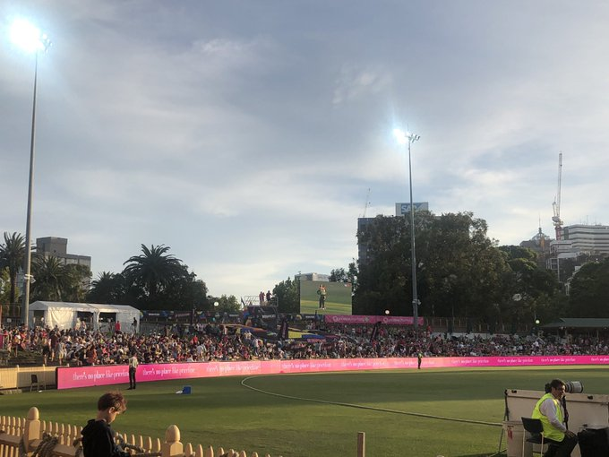 Huge crowd in tonight for the Sydney Derby, not much room on that hill, how good 👌#WBBL04 @WBBL Photo