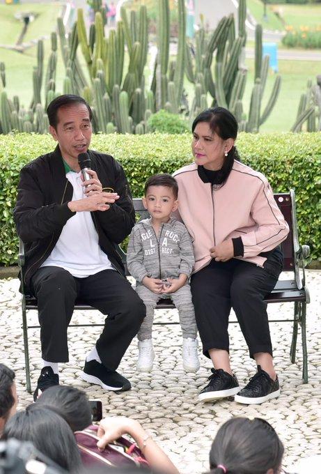 Suka saya melihat keluarga ini. Tidak berlebihan. Biasa-biasa saja. Khas Indonesia. #JokowiKeluargaHarmonis Photo