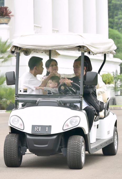 Presiden kemudian menuju restoran Grand Garden dengan mengendarai golf cart. Presiden berada di belakang kemudi, Gibran berada di sampingnya menggendong Jan Ethes. Sementara di kursi belakang duduk Ibu Iriana bersama Selvi. #JokowiKeluargaHarmonis Photo