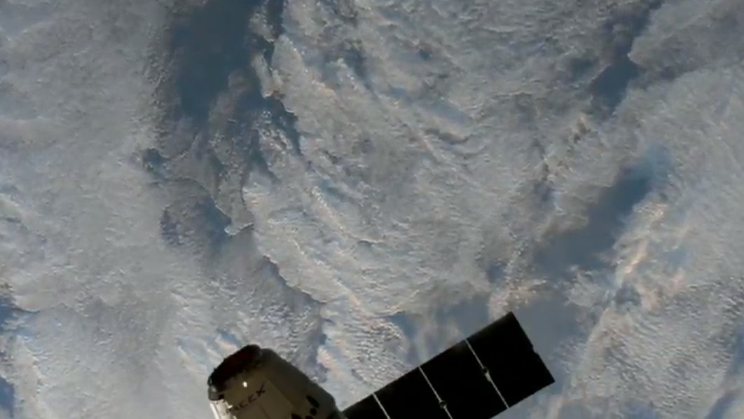 Dragon is ~30 meters from the @Space_Station → https://t.co/gtC39uBC7z