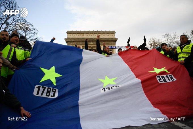 « 🌟 1789 - 🌟 1968 - 🌟 2018 » Vu sur les Champs-Elysées #GiletsJaunes #AFP Foto