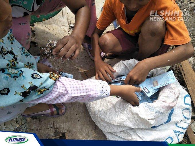 Ribuan KTP Elektronik ditemukan oleh anak-anak di tengah sawah, Kelurahan Pondok Kopi, Jaktim. KTP Elektronik tersebut milik warga Pondok Kelapa, Jaktim, Sabtu (8/12). (Joi) #ElshintaWeekend #ViGenK Photo
