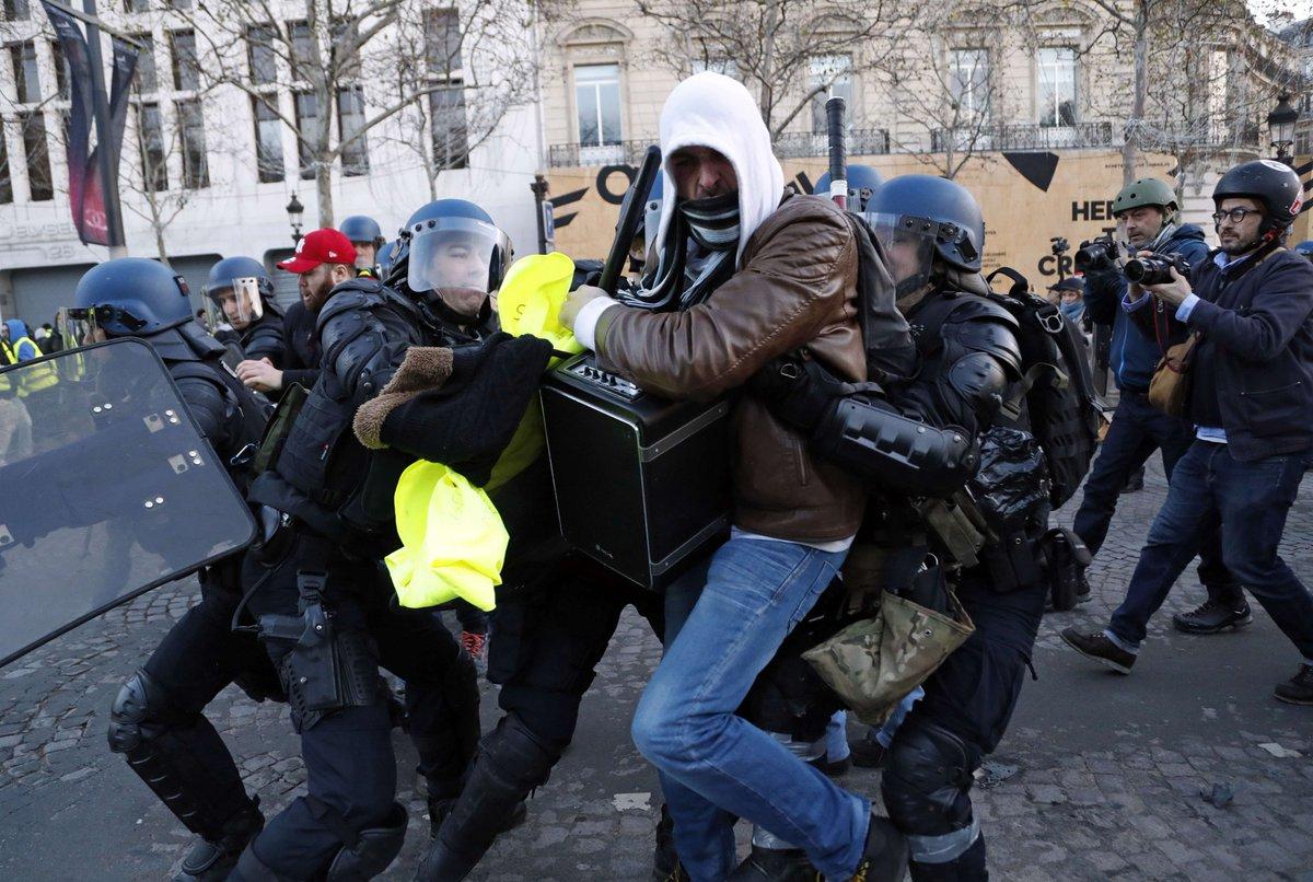 """[En direct] """"Gilets jaunes"""" : 481 interpellations et 211 gardes à vue à Paris >> https://t.co/zjvnwEqiB9"""