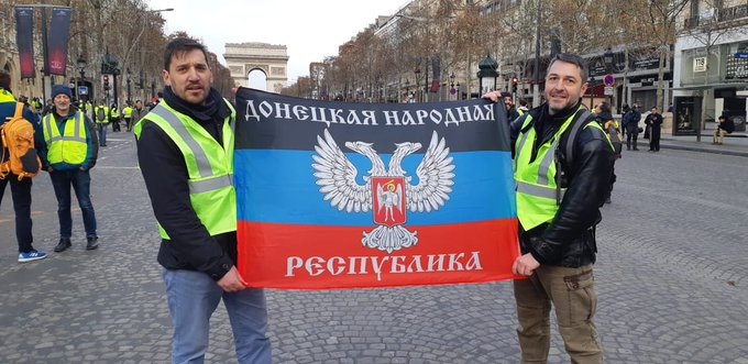Yellow vests with DNR group flag in Paris via @Kyruer #Ukraine Фото