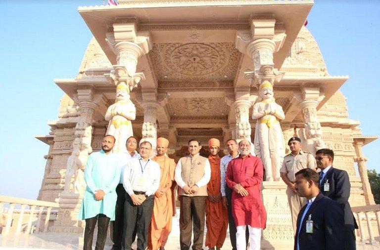 મુખ્યમંત્રી રૂપાણીએ સુરતમાં રૂસ્તમબાગ સ્વામિનારાયણ મંદિરમાં દર્શન કરી કહ્યું – આધ્યાત્મિક ચેતનાના કેન્દ્ર સમા મંદિરો દ્વારા આપણા સંસ્કાર અને સંસ્કૃતિ જળવાઈ રહ્યા છે