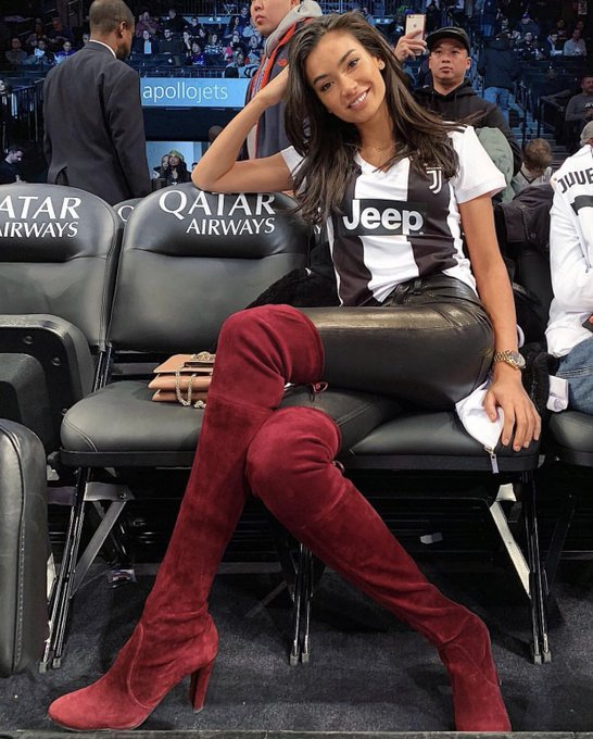 The beautiful Kelly Gale @KellyBellyBoom at the Nets game 🙌🏻⚫️⚪️ Photo