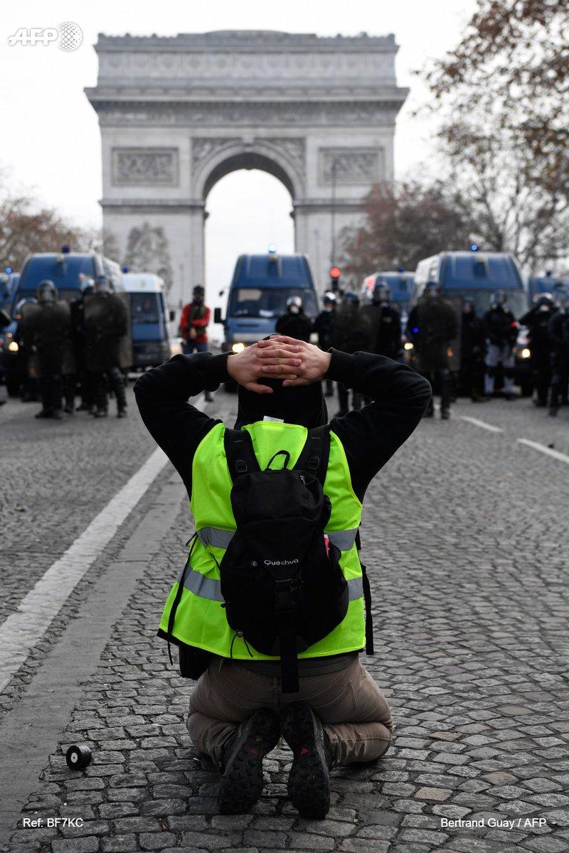A Mantes-la-Jolie, des dizaines de jeunes agenouillés mains sur la tête - Page 10 Dt5E3ELW4AEg43b