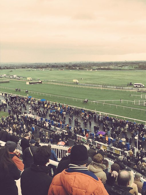 Aintree today for a cracking Becher Chase Card - the newly appointed @jerseyraceclub President @CommentatorMark calling home the most dramatic of novice hurdle races in the first. Photo