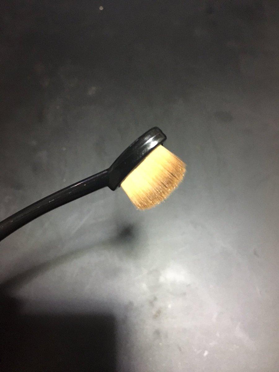 test ツイッターメディア - キャンドゥにあったルージーンのメイクブラシの細いヤツをいろんな人にすすめたい。使い勝手めっちゃいい。縦に使えばアイホール全体も塗れるし、横に使えば当然目のキワにも使える。ぼかすのにも使えるのでアイブロウで特に重宝する。 #キャンドゥ #100均コスメ #メイクブラシ #ルージーン https://t.co/uYTYZr0MYk