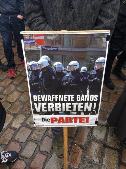"""""""Bewaffnete Gangs verbieten"""" (via @Die_PARTEI_Goe) #noNPOG Demo #Hannover Foto"""