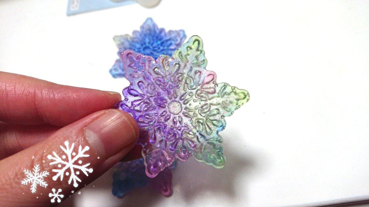 test ツイッターメディア - 大きめ冬らしいモチーフが作りたくて雪の結晶にチャレンジ?? o(`^´*)  細かくて上手く気泡処理できなかった??裏から見たら下手なのバレバレw でも裏から透かすとホントに結晶みたいな氷みたいで??  お気に入り増えた(*´∇`*) 手で持ってるのが裏 #ダイソー #雪の結晶  #ハンドメイド  #UVレジン https://t.co/1sSov6gej0