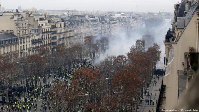 На протестах желтых жилетов в Париже произошли столкновения между демонстрантами и полицией. Задержаны около 500 человек. Париж сегодня выглядит так Фото