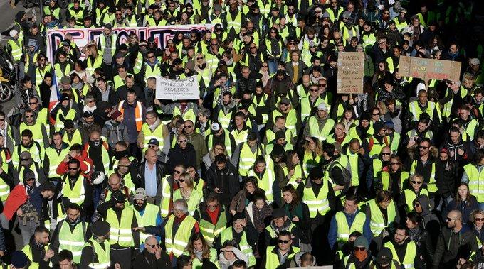 ФОТОРЕПОРТАЖ. В Париже снова горят машины: «желтые жилеты» против повышения цен Фото