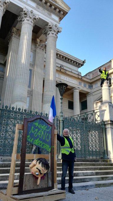 #Nimes Un cortège de #GiletsJaunes est arrivé en centre-ville. Foto