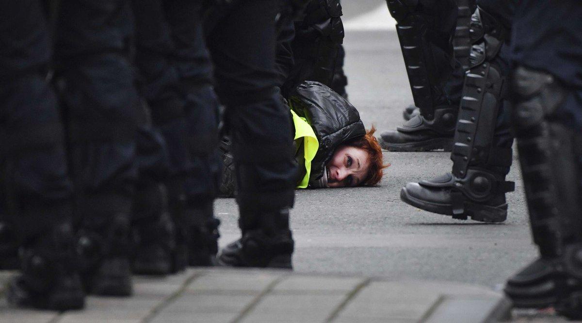 C'est l'image la plus forte du #8Decembre.  #GiletsJaunes 📸 : Geert Vanden Wijngaert