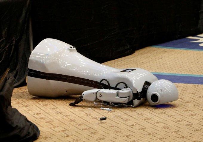 Sahneden düşen insansı robot Mini Ada, parçalandı Fotoğraf