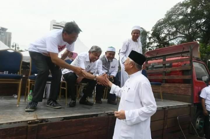 Image result for Foto pemimpin umno duduk atas lori