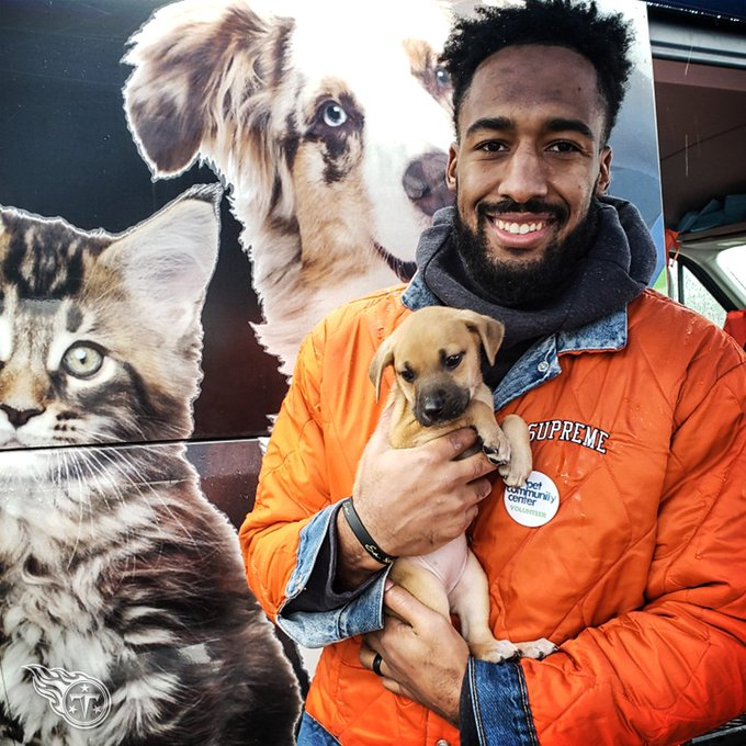 Retweet if you love puppies 😍🐶 Logan Ryan hosted a free vaccination event for local cats and dogs through his Ryan Animal Rescue Foundation. #ProBowlVote + @RealLoganRyan Foto
