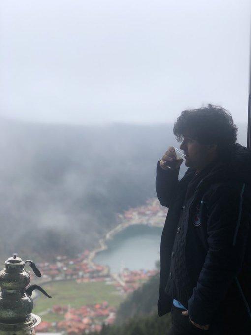 Düşünüyorum Aykut'u kocaman dağların arasında sis çökmüş göz gözü görmüyordu yeter diyordu Aykut yeter acımıyordu zenciler bam bam bam Fotoğraf