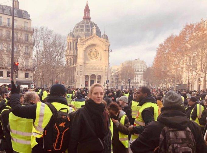 Uma Thurman entourée de #giletsjaunes, aujourd'hui à Paris. Photo